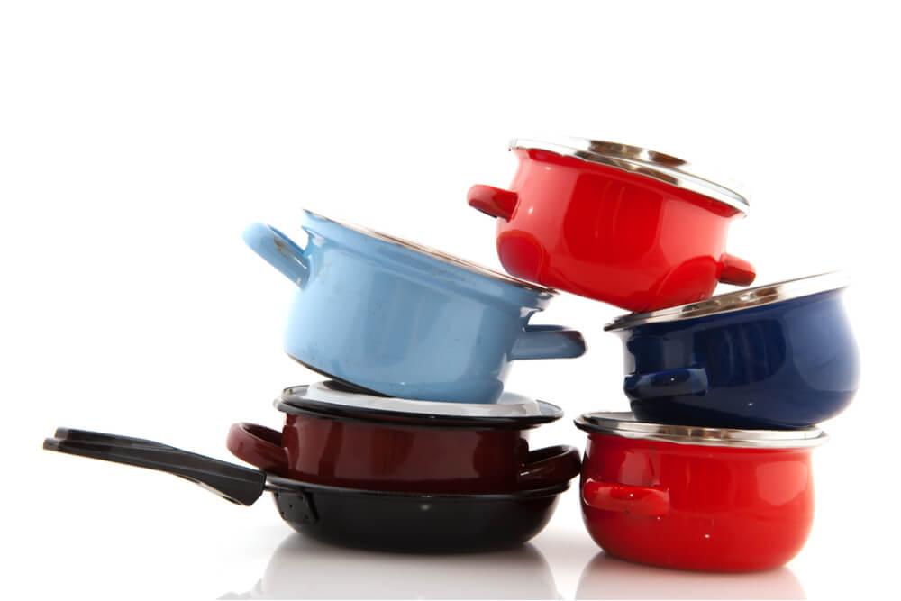 panelas e louças em cozinhas coloridas