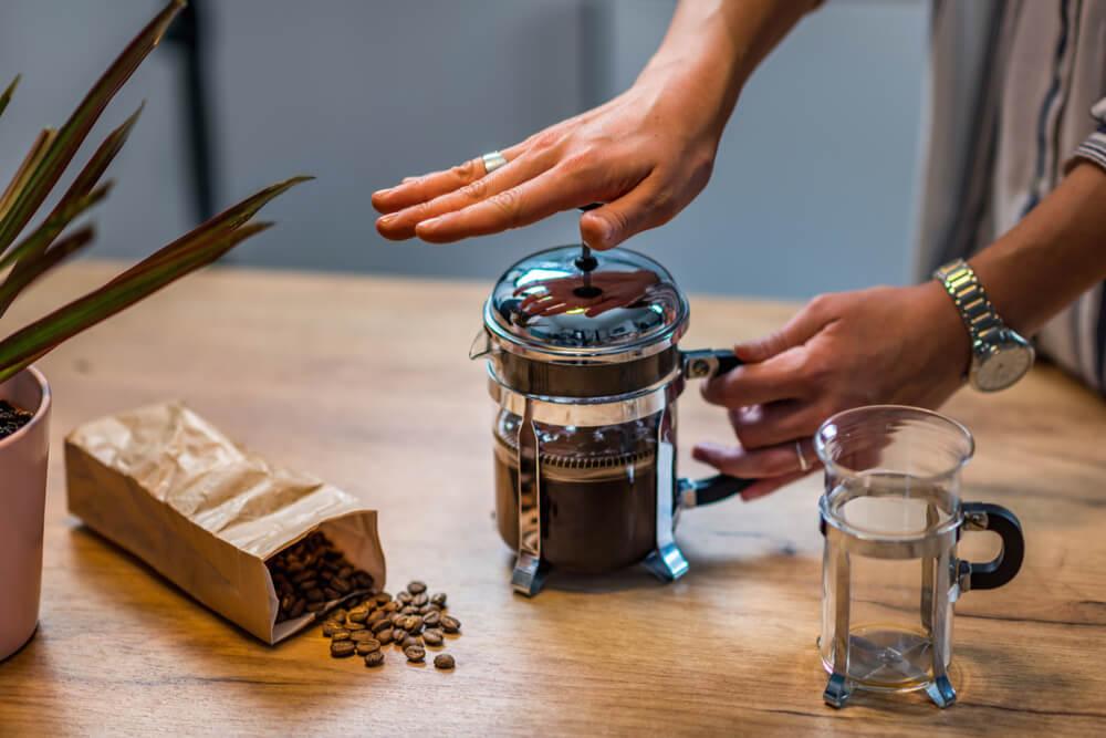 Como funciona uma cafeteira francesa?
