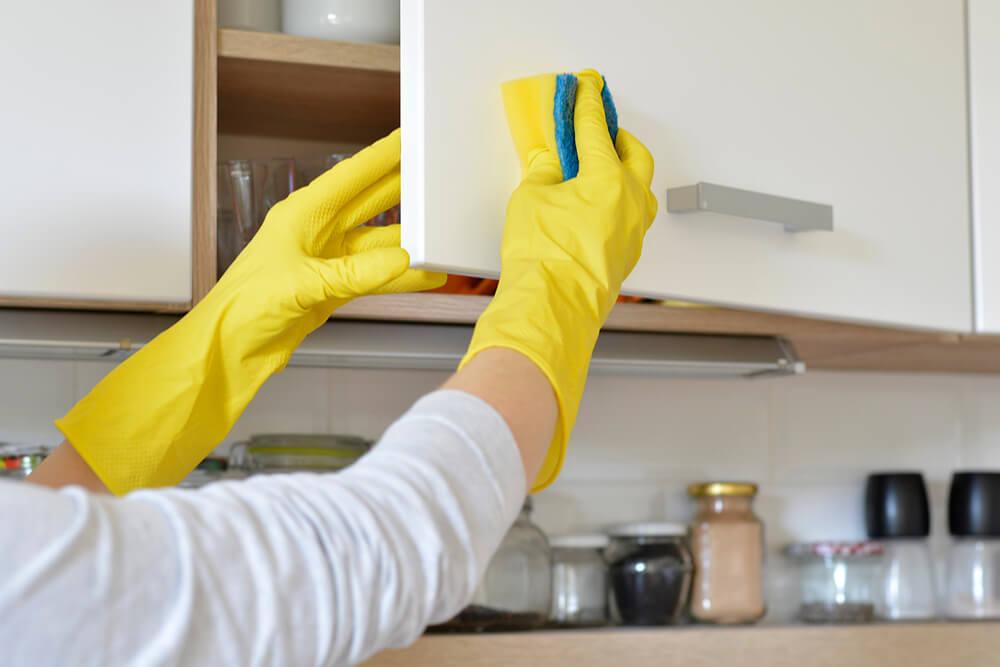 como limpar armários de cozinha em madeira mdf