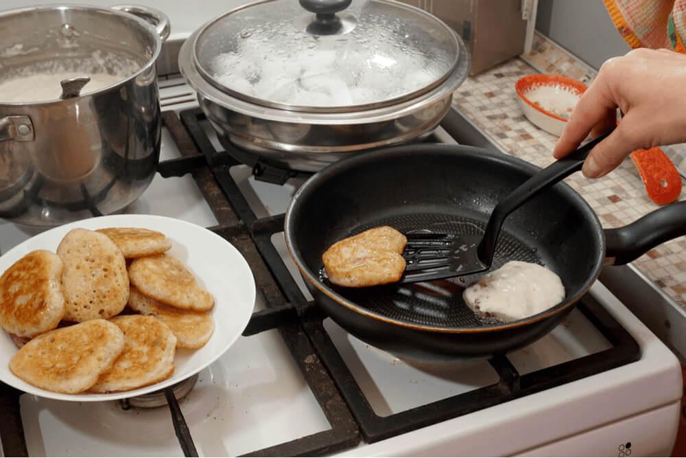 Qual a diferença entre panela antiaderente e teflon?